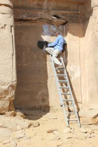 Doktoranden Moamen Saad dokumenterar en av de Nil Stelea som finns i området. Foto Maria Nilsson