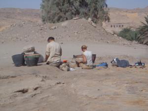 Arkeologiskt arbete i tempelområdet. Foto Maria Nilsson